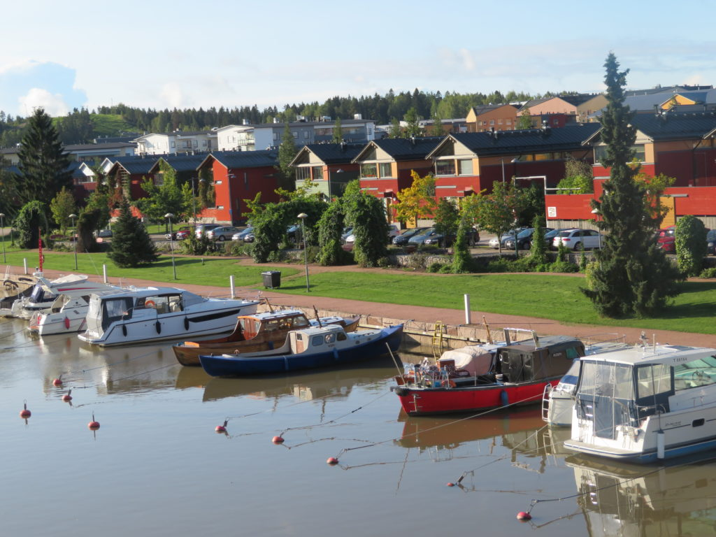 porvoo day trip from helsinki finland in autumn things to see and do how to get there which local bus to take how much things to see and do best lookouts viewpoints cute village forest lookout half day trip diy on the bus photo spots iconic red row of houses along the waterfront