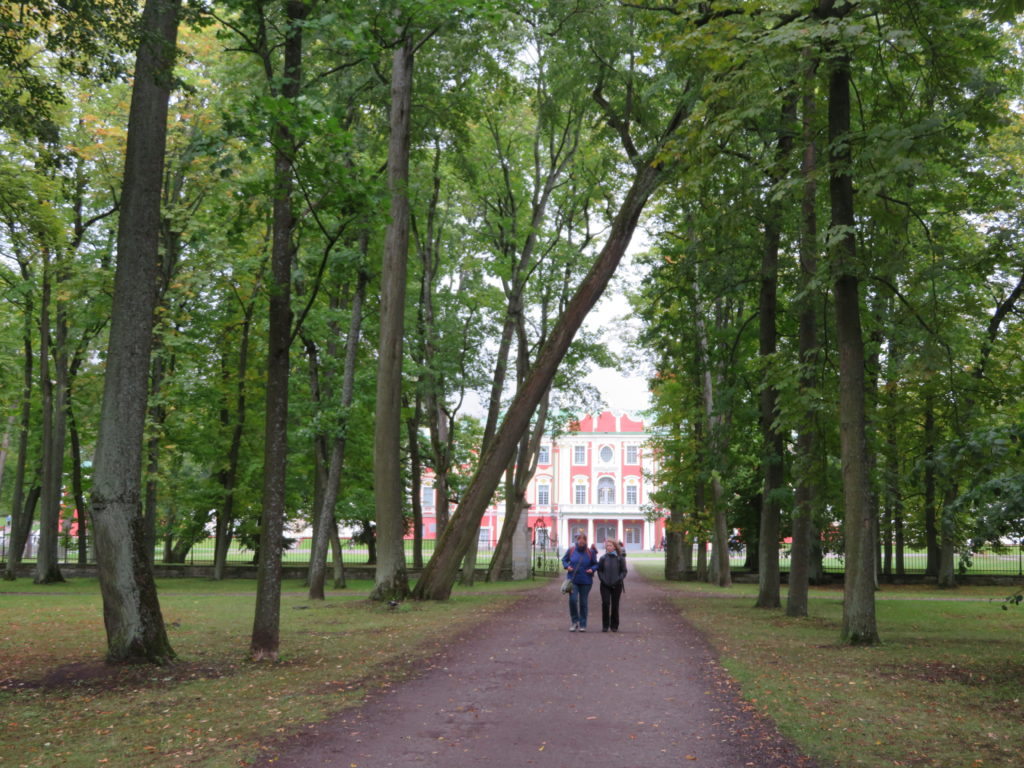 Kadriog Palace park in autumn rainy weather how to get there things to see and do mid september