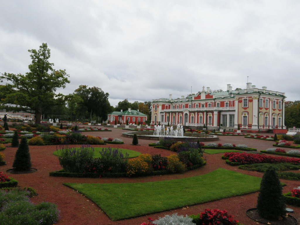 Kadriog Palace park in autumn rainy weather how to get there things to see and do