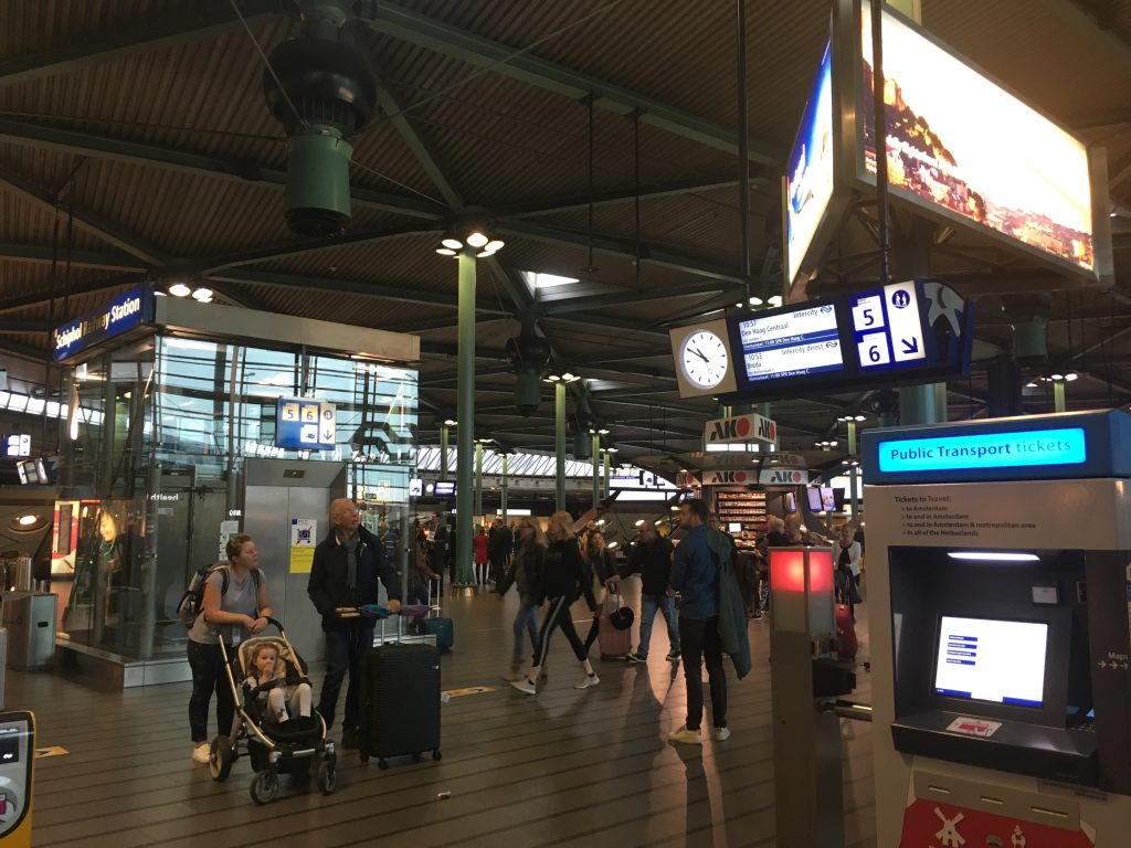 Amsterdam Schiphol Airport how to get the train from amsterdam airport to the main train station city centre
